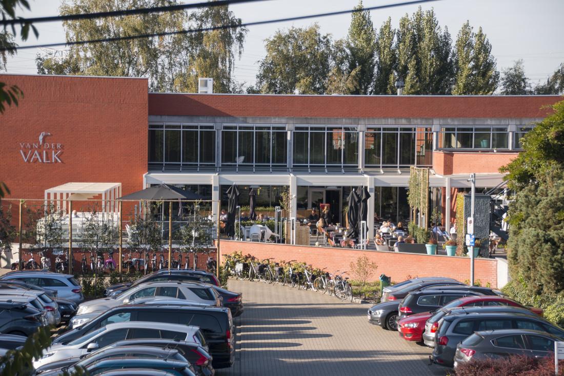 Hotel Van der Valk - Beveren: Een terrasoverkapping met lamellendak zorgt voor en gezellige sfeer en regendicht dak.