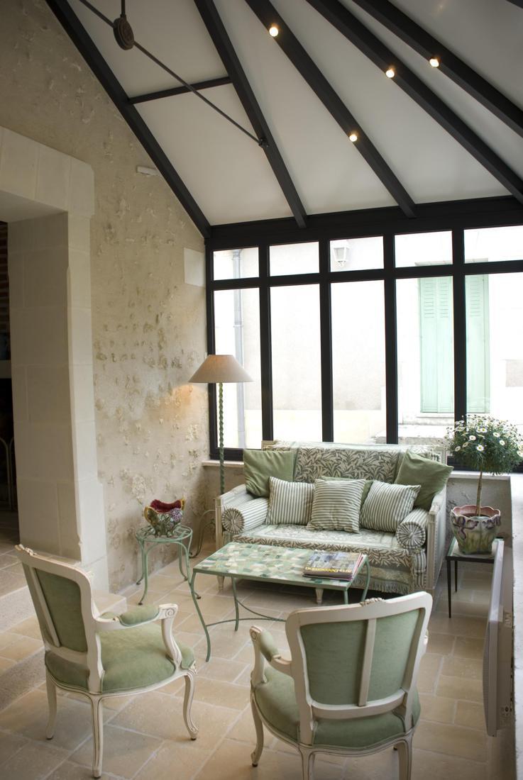 Een veranda met isolerende dakpanelen in landelijke orangerie stijl