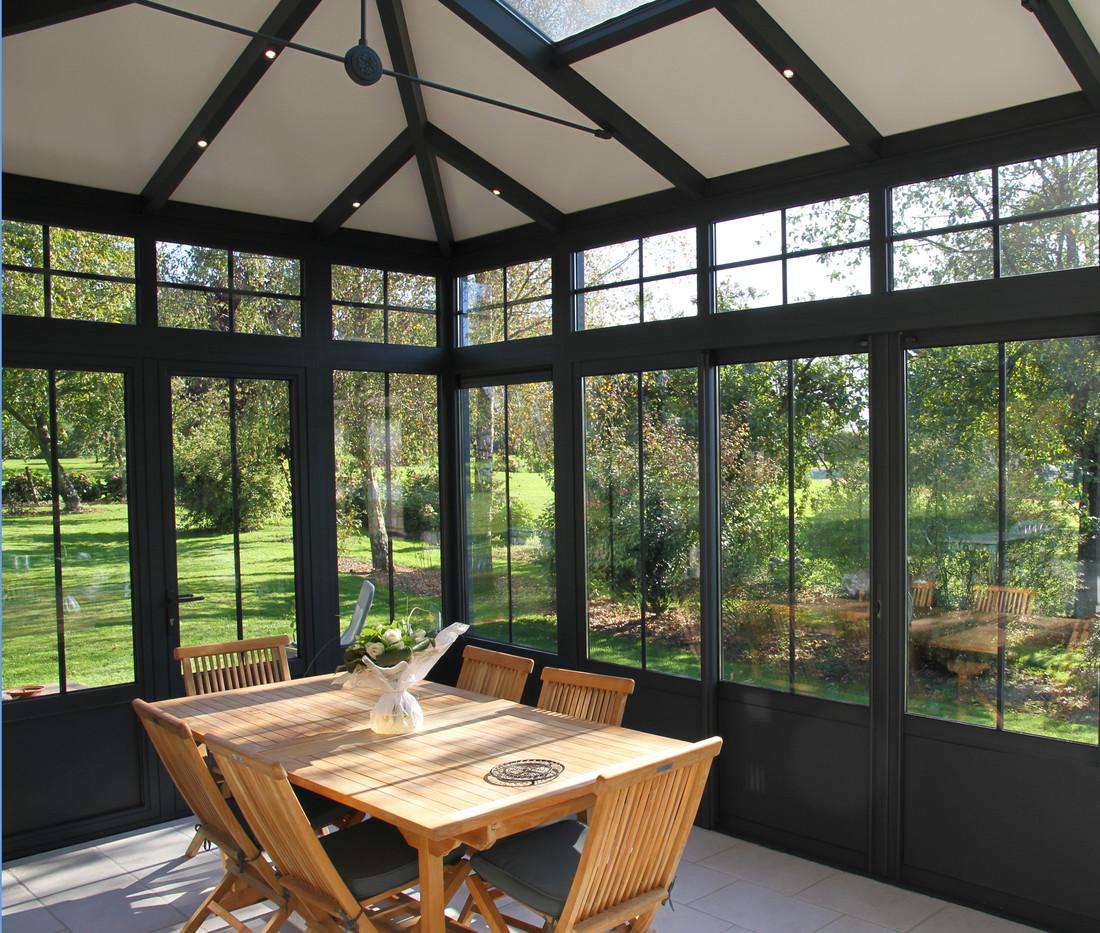 Een landelijke veranda met isolerende dakpanelen en akoestische demping