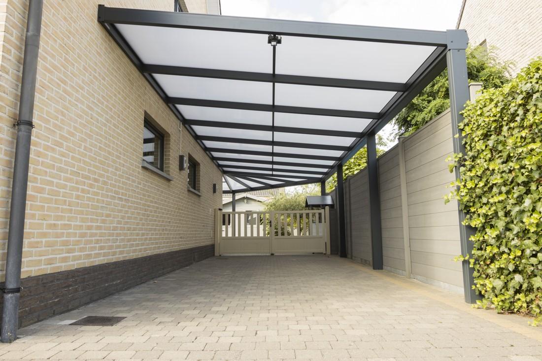 Aluminium terrasoverkapping die doorloopt in een carport