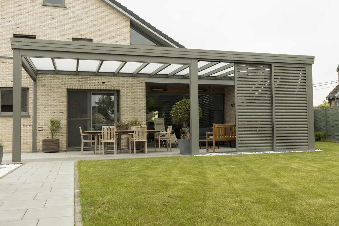 Terrasoverkapping met plat, modern dak en opaal glas