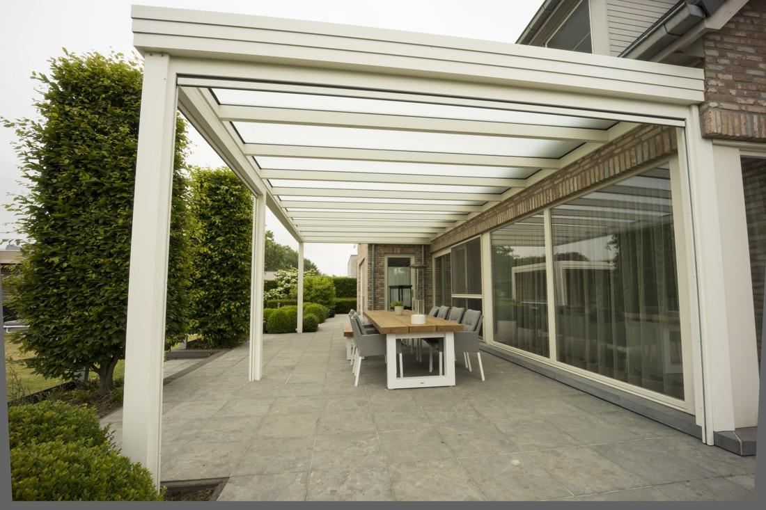 2 terrasoverkappingen, een lamellendak als lounge hoek en een vast plat dak als eetruimte