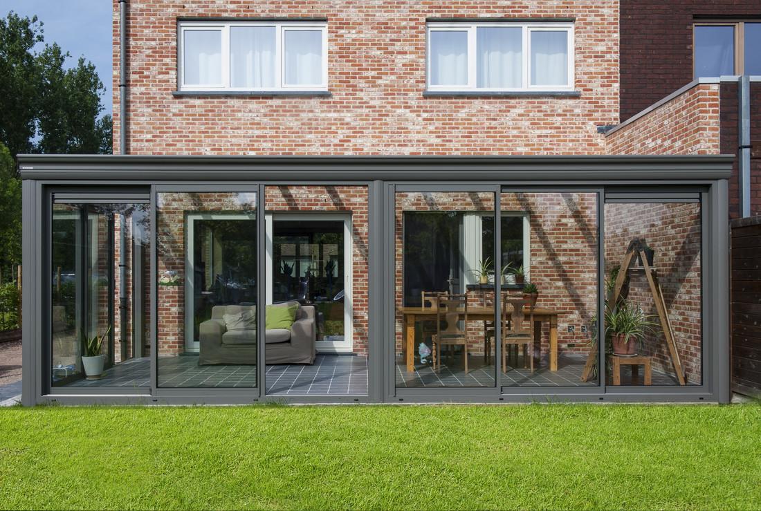 Een traditionele en comfortabele veranda met glazen dak