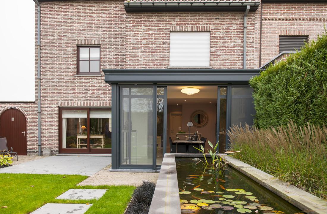 Een mooie landelijke uitbreiding van de keuken met plat dak