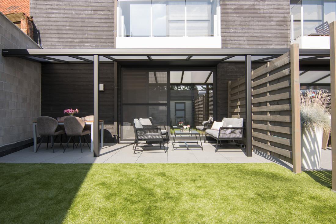 Deze zwarte terrasoverkapping sluit naadloos aan bij dit moderne nieuwbouw project