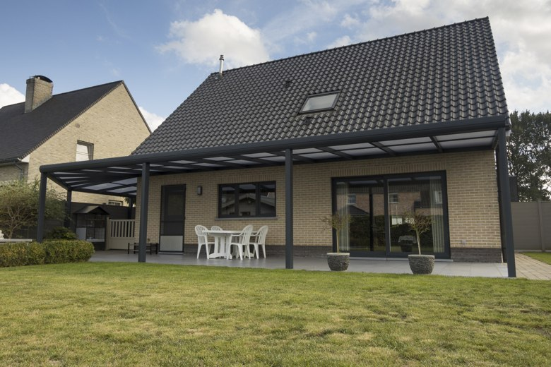 Aluminium terrasoverkapping die doorloopt in een carport