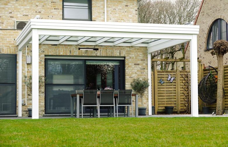Moderne aluminium terrasoverkapping met helder dakglas en zonnescreen