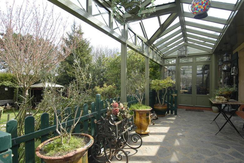 Een terrasoverkapping die later wordt omgevormd tot een veranda