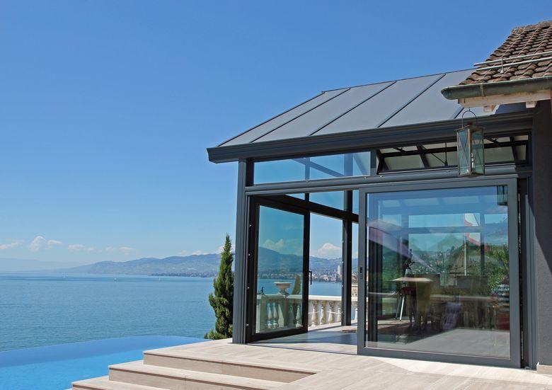 Een veranda volledig in lijn met de vorm van de woning aan het meer van Genève