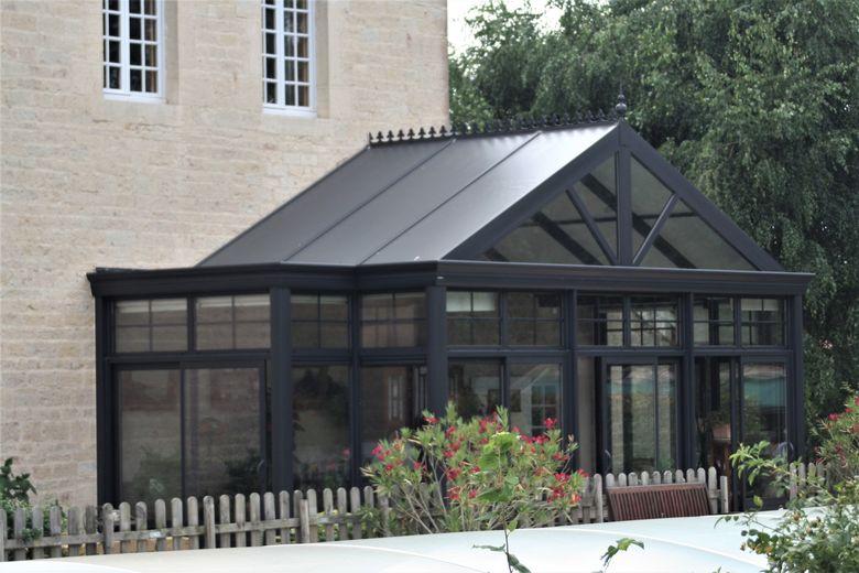 Een landelijke veranda met behoud van de rustieke vormgeving van de woning