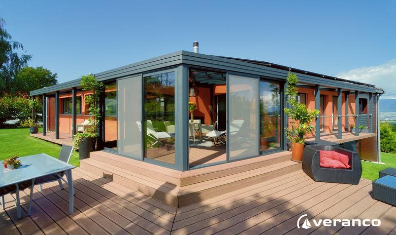 Een vakantiewoning met een grote terras overkapping gecombineerd met een veranda
