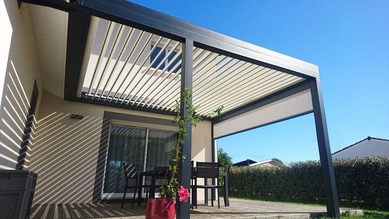 Terrasoverkapping met lamellen dak en zijdelingse screen