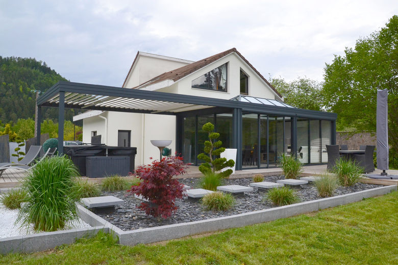 terrasoverkapping met kantelbare lamellen perfect geïntegreerd met de veranda