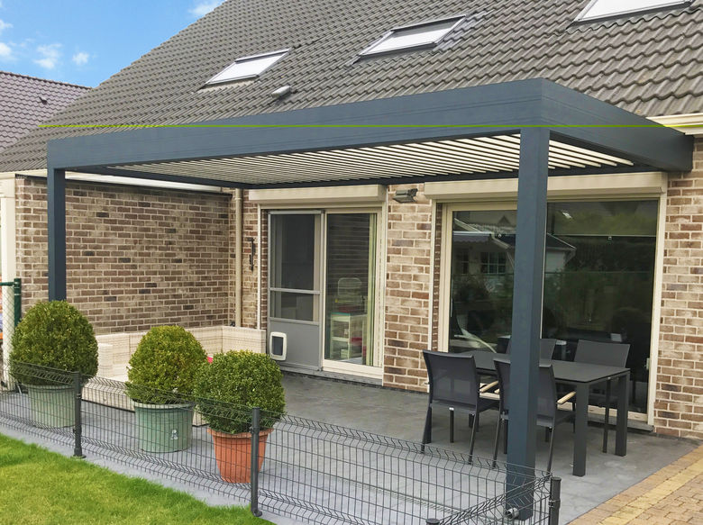 Een terrasoverkapping met lamellen dak en geïntegreerde verlichting
