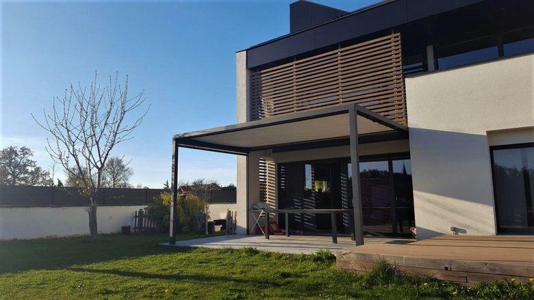 Een mooie integratie van een moderne terrasoverkapping aan een strakke woning