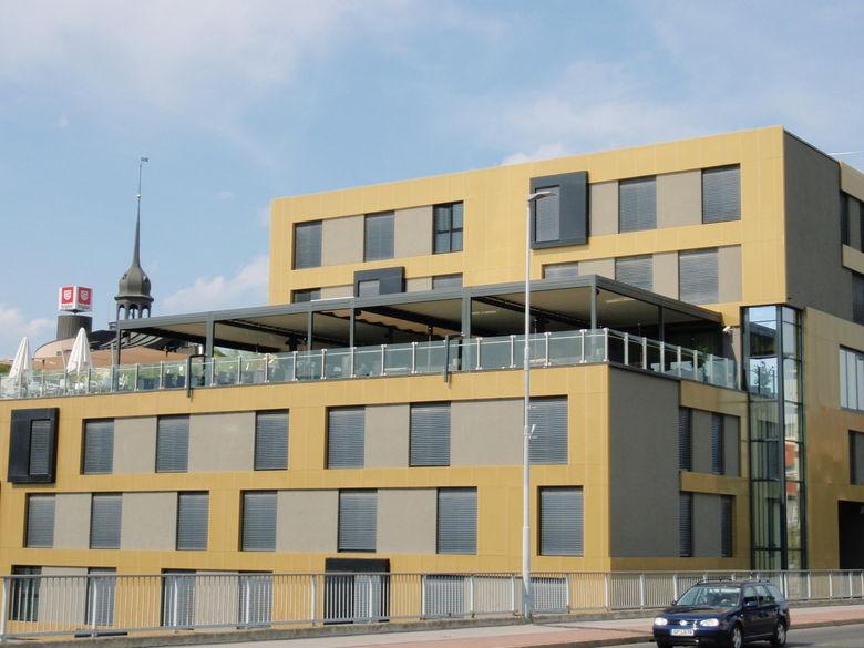 Een terrasoverkapping met lamellendak transformeert dit dakterras in een prachtige bar