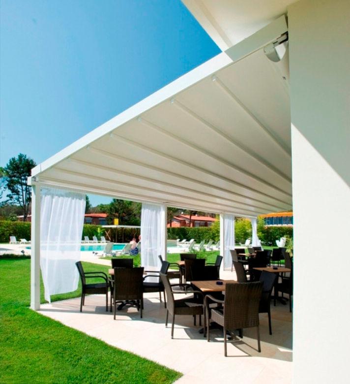 Deze terrasoverkapping biedt bescherming tegen regen en zon