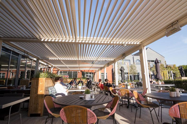 Hotel Van der Valk - Beveren: Een pergola met lamellendak zorgt voor en gezellige sfeer en regendicht dak.