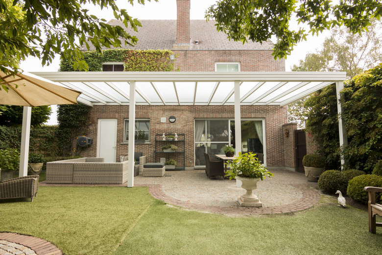 Een moderne terrasoverkapping met plat dak en opaal glas