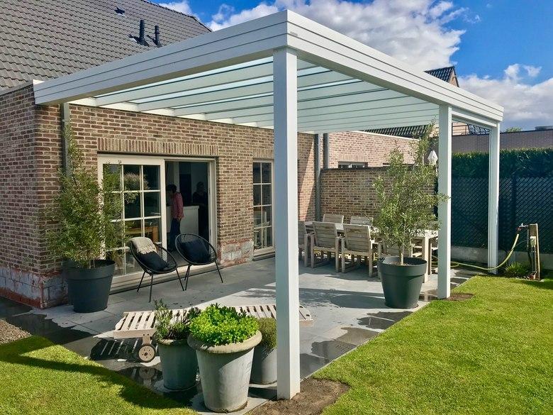 Een moderne terrasoverkapping met plat dak