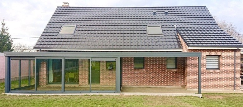 moderne veranda met geïntegreerde pergola